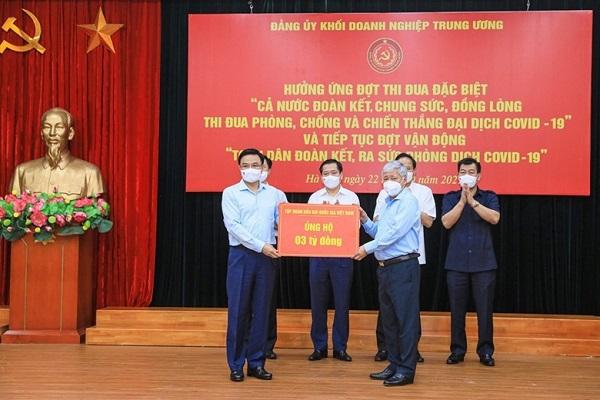 Chủ tịch UBTW MTTQ Việt Nam Đỗ Văn Chiến tiếp nhận sự ủng hộ từ Tập đoàn Dầu khí quốc gia
