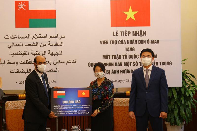 Ngài Saleh Mohamed Ahmed Al Suqri Đại sứ Oman trao hỗ trợ tượng trưng cho Đại diện Ủy ban Trung ương Mặt trận Tổ quốc Việt Nam