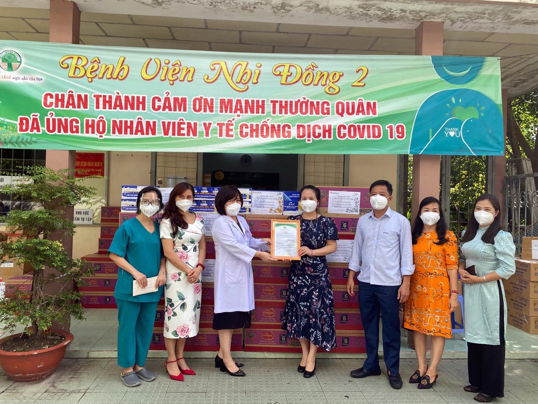 Trao quà tặng nhân viên y tế, lực lượng tuyến đầu và trẻ em tại Bệnh viện Nhi đồng 2