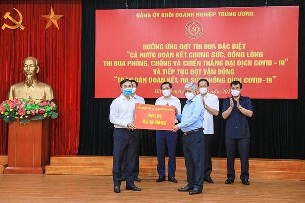 Chủ tịch UBTW MTTQ Việt Nam Đỗ Văn Chiến tiếp nhận sự ủng hộ từ Ngân hàng Agribank