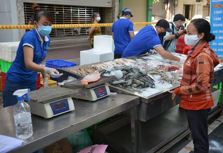 Người dân chọn mua cá tại gian hàng hải sảntrên đường Trần Bình Trọng, phường 3, quận 5