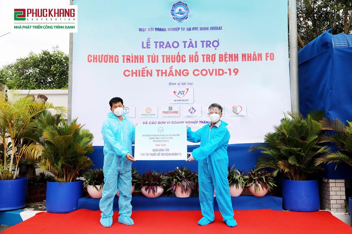 Đại diện HUBA trao Hiệp hội Doanh nghiệp Quận Bình Tân 500 túi thuốc giúp F0 điều trị tại nhà