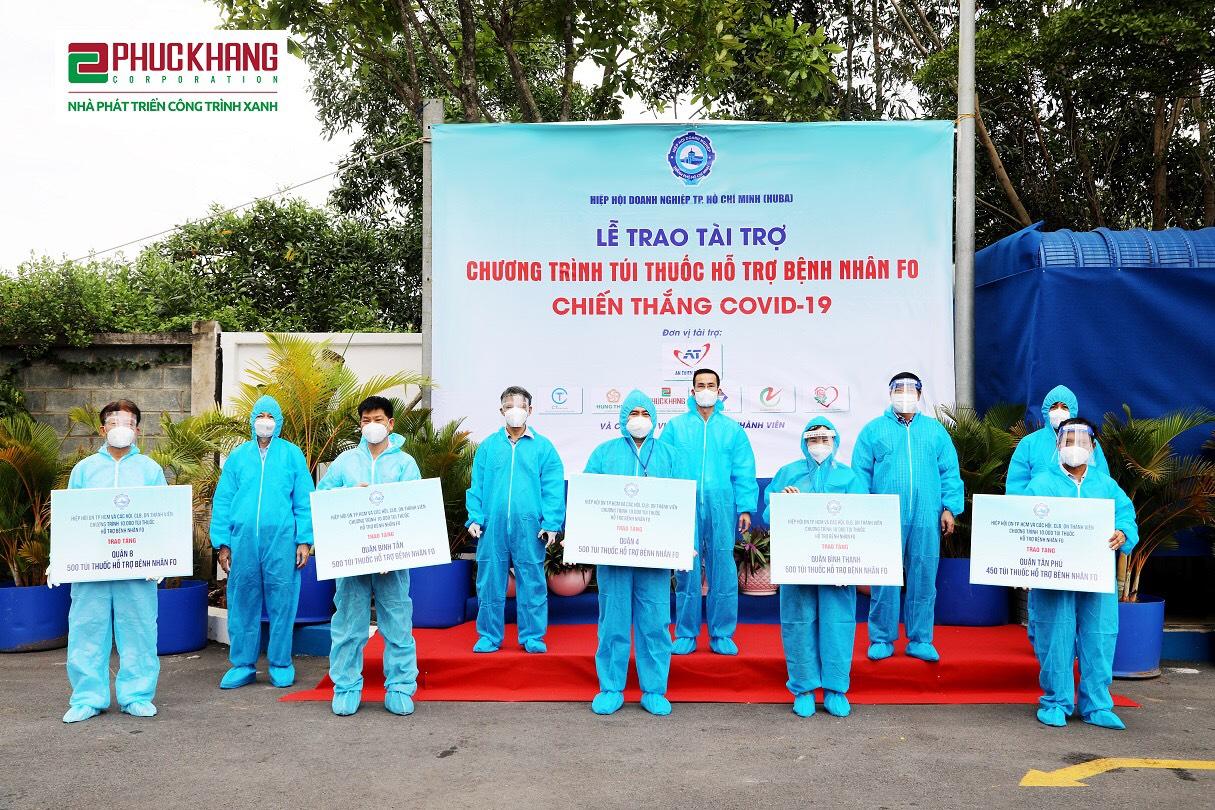 """Lễ trao tài trợ """"Chương trình túi thuốc hỗ trợ bệnh nhân F0 chiến thắng Covid-19"""" cho đại diện các Hội Doanh nghiệp trên địa bàn TP.HCM"""