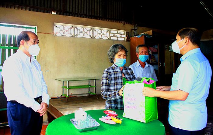 Thứ trưởng Bộ Lao động – Thương binh và Xã hội tặng quà cho lao động tự do gặp khó khăn do ảnh hưởng của dịch Covid-19 thuộc xã An Bình, huyện Cao Lãnh.