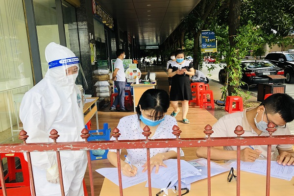Bệnh nhân và người nhà đến Bệnh viện Đa khoa Hợp Lực được khám sàng lọc và làm xét nghiệm tại khu riêng biệt