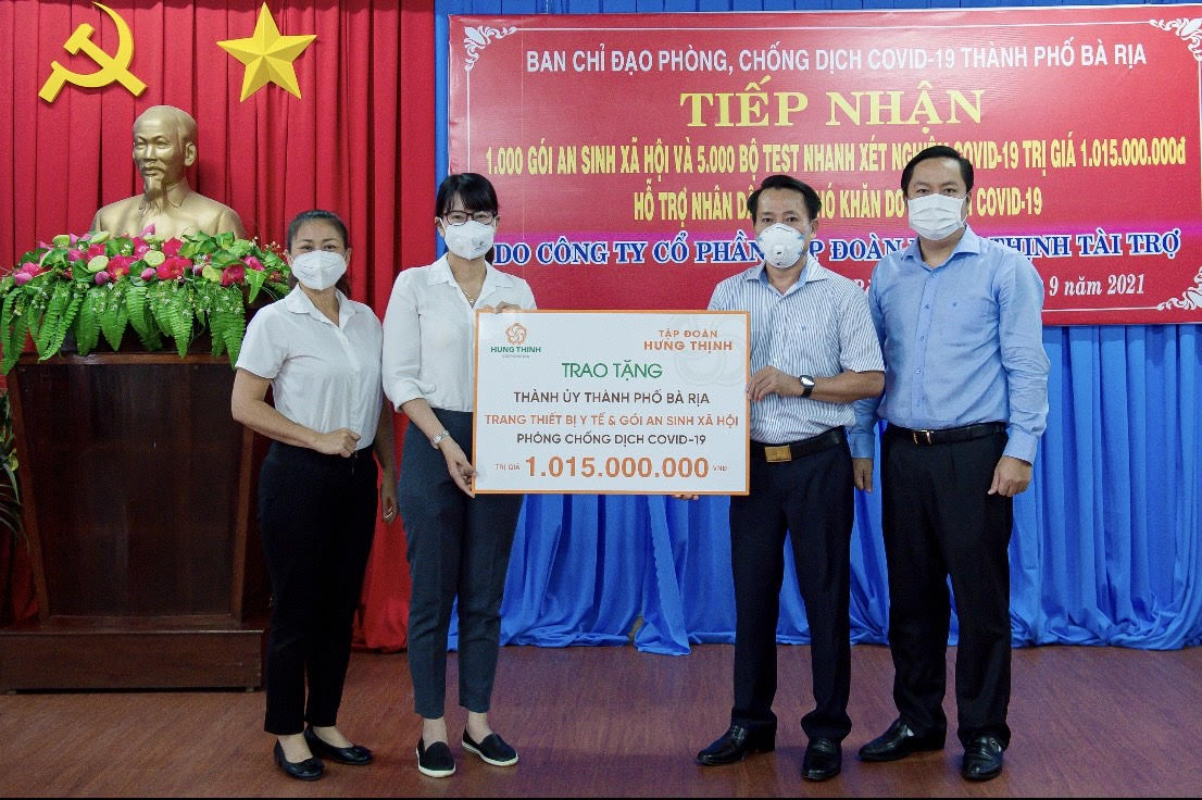 Đại diện Tập đoàn Hưng Thịnh trao tặng gói trang thiết bị y tế cho UBND P.Thắng Tam, TP.Vũng Tàu