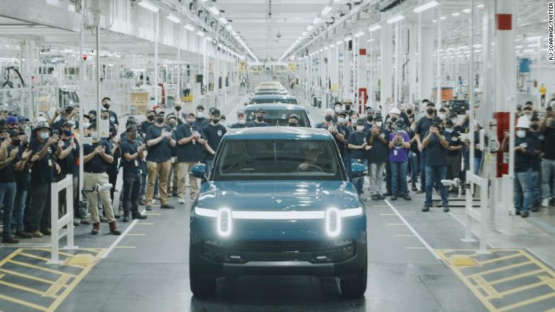 Chiếc xe đầu tiên mà Rivian sản xuất cho khách hàng rời nhà máy ở Illinois.