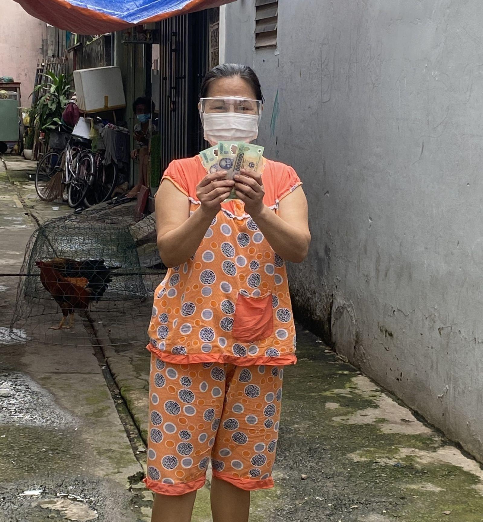 Người dân đang điều trị F0 tại nhà được nhận tiền hỗ trợ đợt 2 thông qua tổ trưởng tổ dân phố