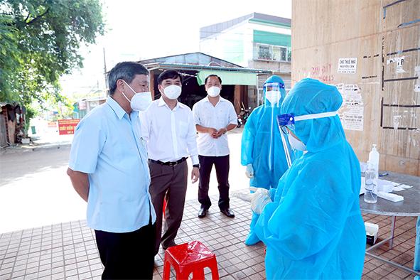 Phó bí thư thường trực Tỉnh ủy Hồ Thanh Sơn (bìa trái) kiểm tra công tác phòng, chống dịch Covid-19 tại TP.Long Khánh