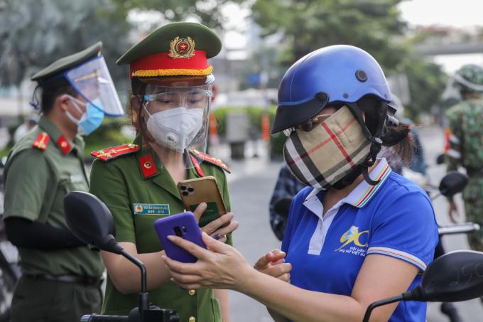 Chốt kiểm soát người đi đường tại quận Bình Thạnh