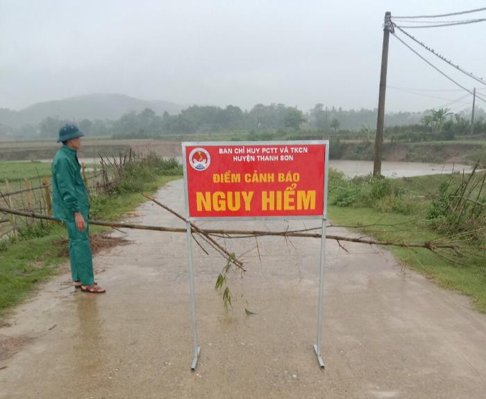 Ban Chỉ huy PCTT&TKCN huyện Thanh Sơn lập chốt canh gác không cho người dân đi lại tránh nguy hiểm