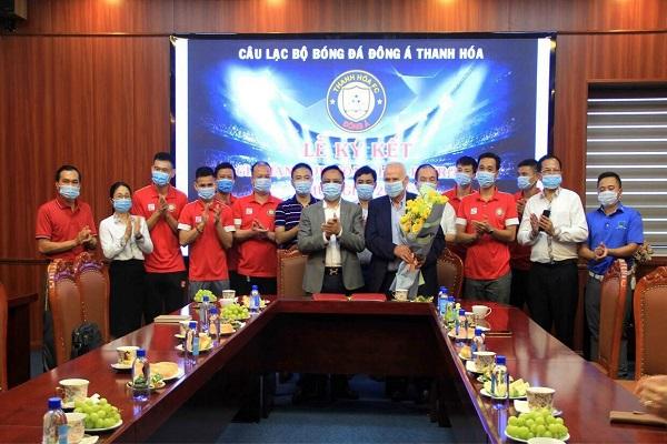 : Chủ tịch CLB Đông Á Thanh Hóa ông Cao Tiến Đoan và lãnh đạo CLB chúc mừng HLV Petrovic tiếp tục gắn bó với đội bóng xứ Thanh