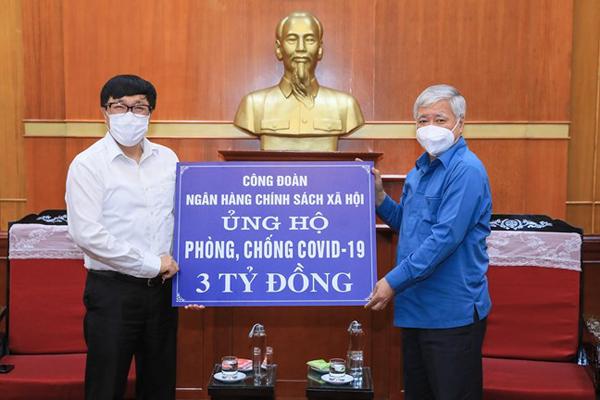 Chủ tịch Ủy ban Trung ương MTTQ Việt Nam Đỗ Văn Chiến tiếp nhận ủng hộ từ Tổng Giám đốc NHCSXH Dương Quyết Thắng