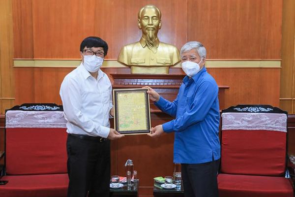 Tổng Giám đốc NHCSXH Dương Quyết Thắng nhận thư cảm ơn từ Chủ tịch Ủy ban Trung ương MTTQ Việt Nam Đỗ Văn Chiến