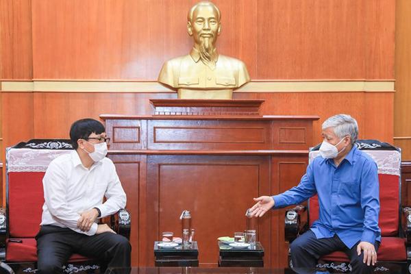 Chủ tịch Ủy ban Trung ương MTTQ Việt Nam Đỗ Văn Chiến chia sẻ với Tổng Giám đốc NHCSXH Dương Quyết Thắng về những việc làm thiết thực mà Tiểu ban Vận động và huy động xã hội đang triển khai