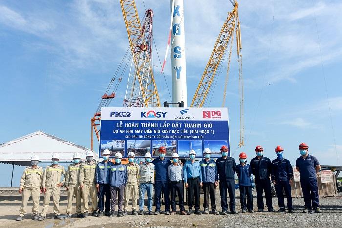 Đại diện chủ đầu tư dự án và các nhà thầu trong lễ hoàn thành lắp đặt turbine gió nhà máy Điện gió Kosy Bạc Liêu