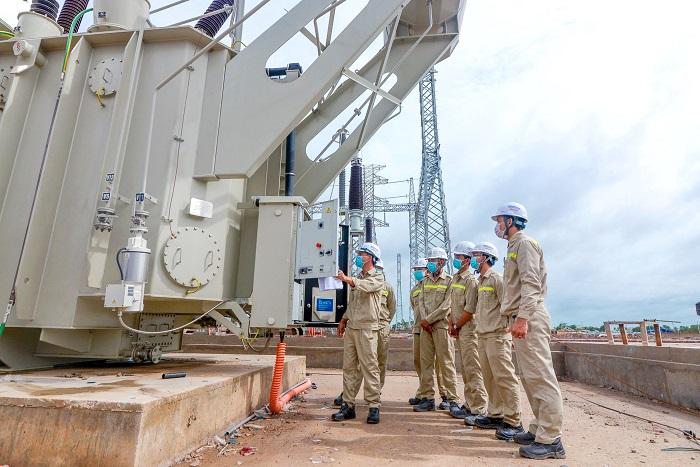 Các kỹ sư Kosy Group hướng dẫn vận hành thao tác thiết bị tại trạm biến áp