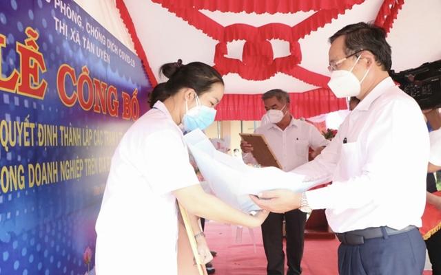 Ông Nguyễn Văn Dành, Bí thư Thị ủy Tân Uyên tặng hoa chúc mừng mới được thành lập