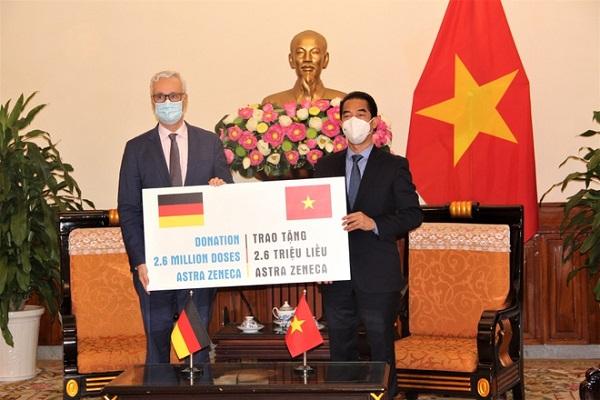 Lễ bàn giao 2,6 triệu liều vaccine AstraZeneca ngừa Covid-19 do Đức viện trợ Việt Nam ngày 27/9. Ảnh: Đại sứ quán Đức tại Việt Nam.