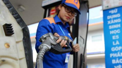 Nghiên cứu phương án giảm thuế để hạ giá xăng trong nước