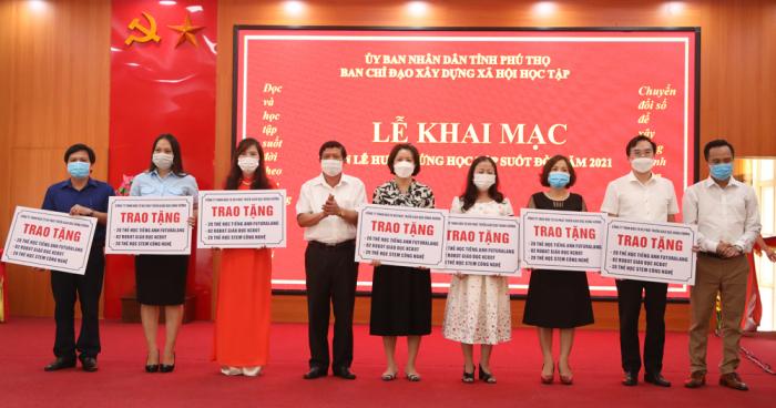 Lãnh đạo Sở Giáo dục và Đào tạo Phú Thọ, đại diện Công ty TNHH Đầu tư và Phát triển giáo dục Hùng Vương trao tặng các sản phẩm hỗ trợ học Tiếng Anh, giáo dục STEM cho 7 trường học