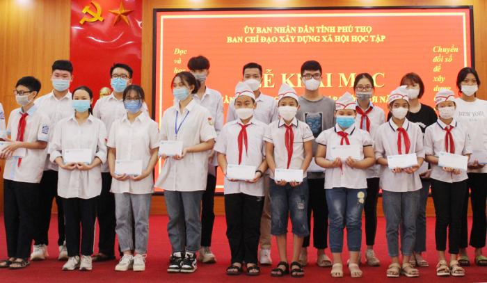 Lãnh đạo Sở Giáo dục và Đào tạo Phú Thọ, đại diện Công ty TNHH Đầu tư và Phát triển giáo dục Hùng Vương trao tặng các sản phẩm hỗ trợ học Tiếng Anh, giáo dục STEM cho 20 em học sinh trên địa bàn thành phố Việt Trì