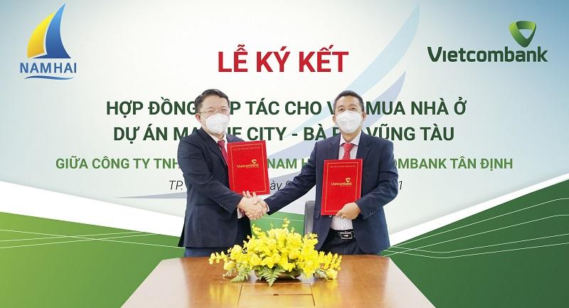 Ông Ngô Minh Nhựt - Giám đốc Vietcombank Tân Định (bìa trái) và ông Trần Tấn Đức - Tổng Giám đốc Công ty TNHH Xây dựng Nam Hải tại Lễ ký kết