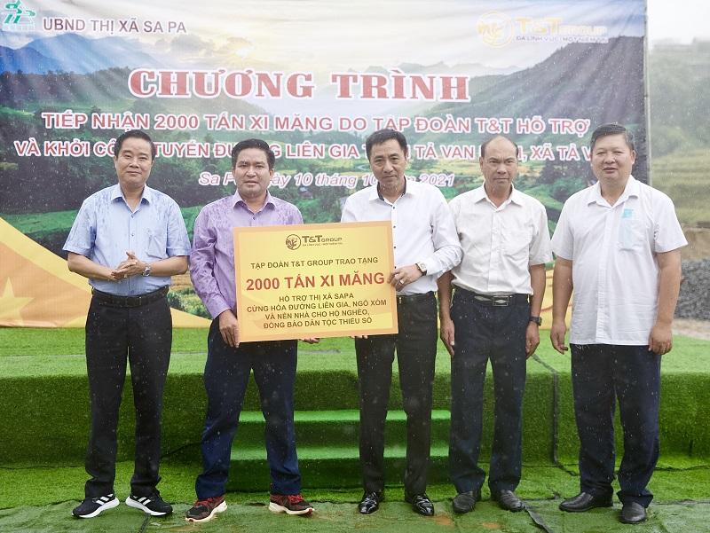 Ông Nguyễn Anh Tuấn, Phó Tổng Giám đốc Tập đoàn T&T Group trao tặng 2.000 tấn xi măng cho ông Vương Trinh Quốc, Chủ tịch UBND thị xã Sa Pa.