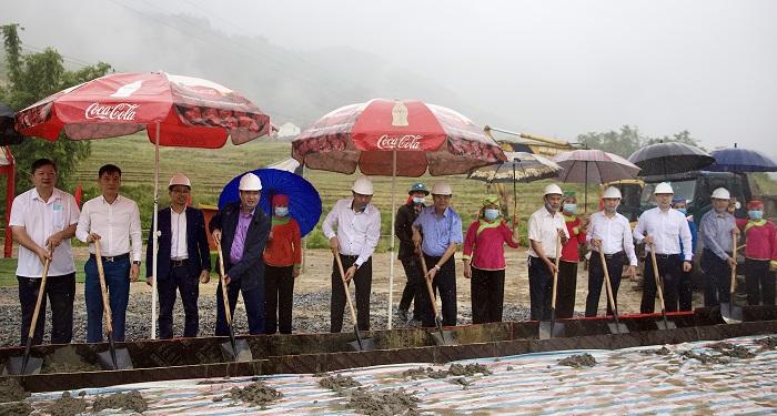 Các đại biểu thực hiện nghi lễ khởi công xây dựng tuyến đường liên gia thôn Tả Van Dáy I, xã Tả Van, thị xã Sa Pa.
