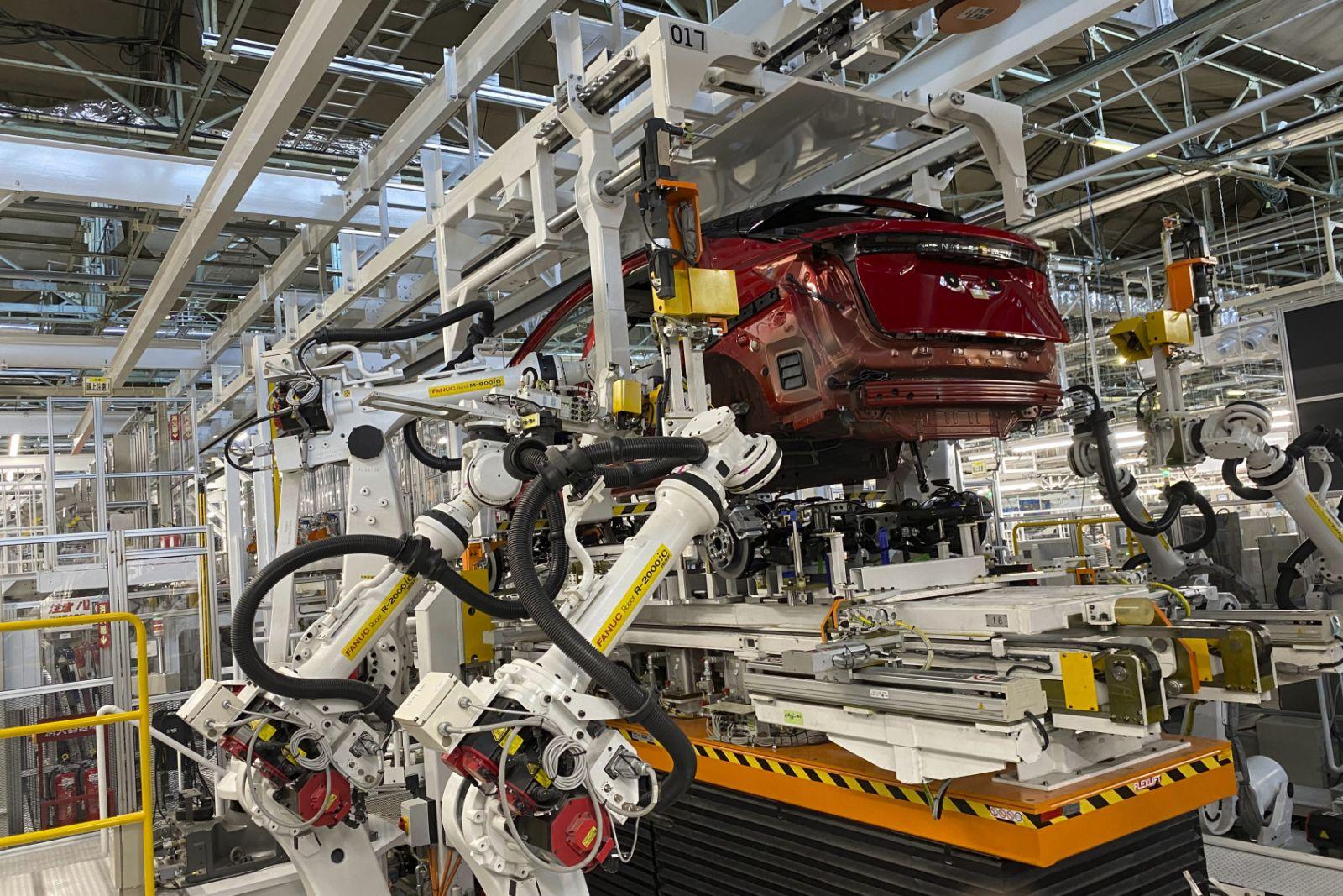 Robot làm việc thay công nhân tại nhà máy sản xuất xe hơi của Nissan