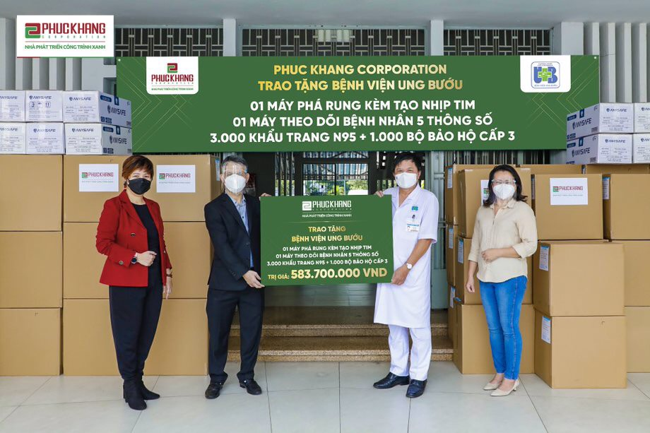 Đại diện ban lãnh đạo Phuc Khang Corporation đến trao tặng trang thiết y tế tại 5 bệnh viện tuyến đầu