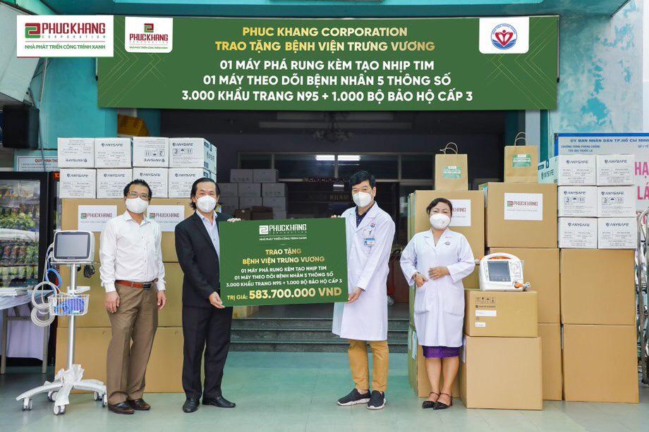 Đại diện Phúc Khang Corporation trao tặng thiết bị y tế tại Bệnh viện Trưng Vương