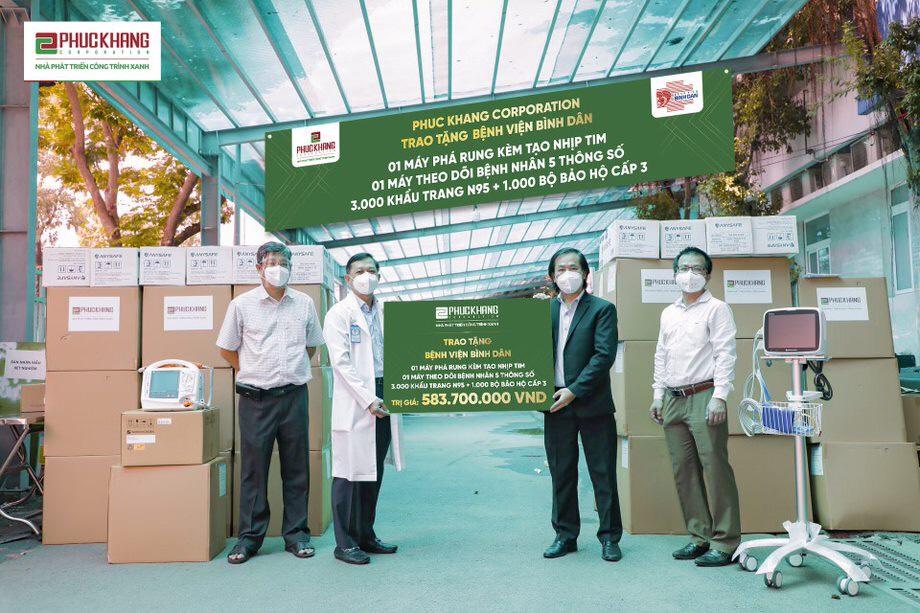 Đại diện Phúc Khang trao tặng thiết bị y tế tại Bệnh viện Bình Dân