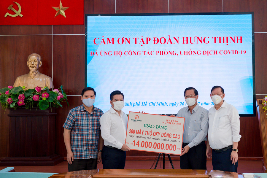Ông Nguyễn Đình Trung – Chủ tịch Tập đoàn Hưng Thịnh (thứ 2 từ trái sang) trao tặng 200 máy thở oxy dòng cao trị giá 14 tỷ đồng cho ông Phan Văn Mãi - Ủy viên Trung ương Đảng, Phó Bí thư Thường trực Thành ủy TP.HCM (thứ 2 từ phải sang)