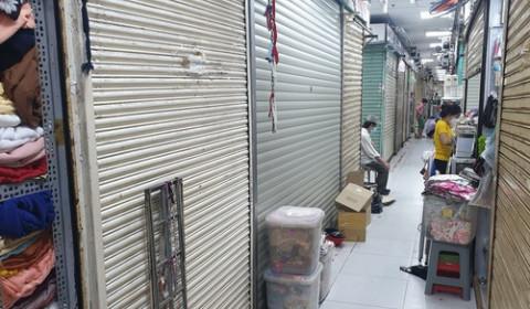 TP.HCM: Chợ mở lại vắng hoe, quầy sạp vẫn đóng cửa im lìm