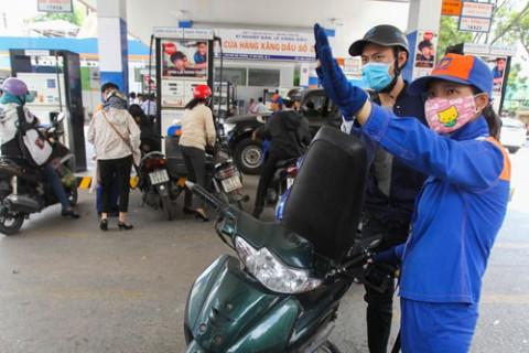 Giá xăng tăng mạnh, tiến sát mốc 23.000 đồng/lít
