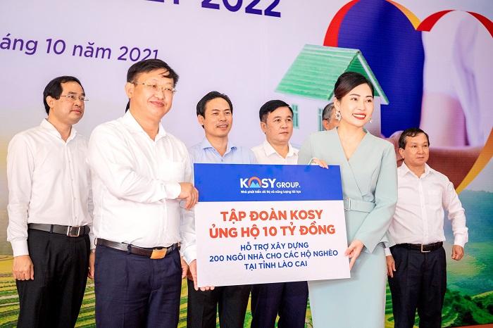 Bà Nguyễn Thị Phương Thảo, Phó Tổng Giám đốc Tập đoàn Kosy trao tặng 10 tỷ đồng cho ông Giàng Seo Vần - Ủy viên Ban Thường vụ Tỉnh ủy, Chủ tịch Ủy ban MTTQ Việt Nam tỉnh Lào Cai