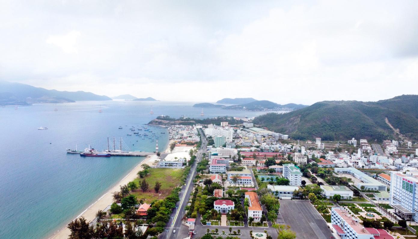 Một góc bãi biển TP Nha Trang nhìn trên cao, hướng công viên Bạch Đằng nhìn về khu đô thị An Viên. Ảnh: Xuân Ngọc