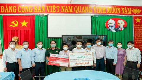 Tập đoàn Hưng Thịnh tặng thiết bị dạy và học cho giáo viên và học sinh ở Xã đảo Thạnh An