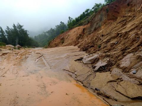 Hà Tĩnh: Sạt lở tuyến đường ven biển, giao thông tê liệt