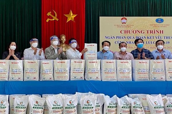 Hiệp hội Doanh nghiệp tỉnh Thanh Hóa tặng 300 suất quà cho vùng dịch thị xã Bỉm Sơn