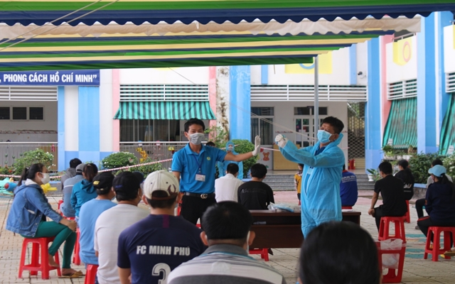 Bình Dương: Trung tâm Kiểm soát bệnh tật tỉnh triển khai lấy mẫu PCR cho 139.025 công nhân tại 173 công ty trong các khu công nghiệp